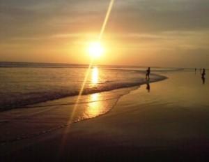 Mencumbui surga senja Pantai Sekerat.